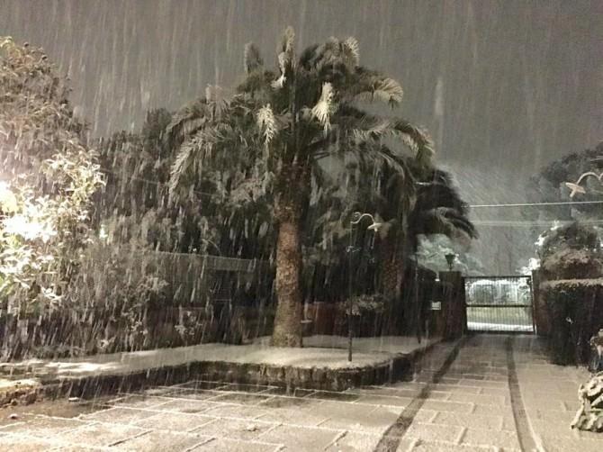 Catania si tinge di bianco: neve e il sogno di sentirsi dentro un film
