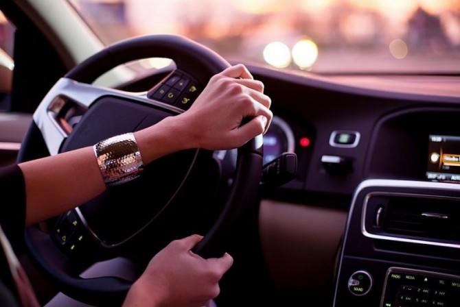 donna-guida-volante