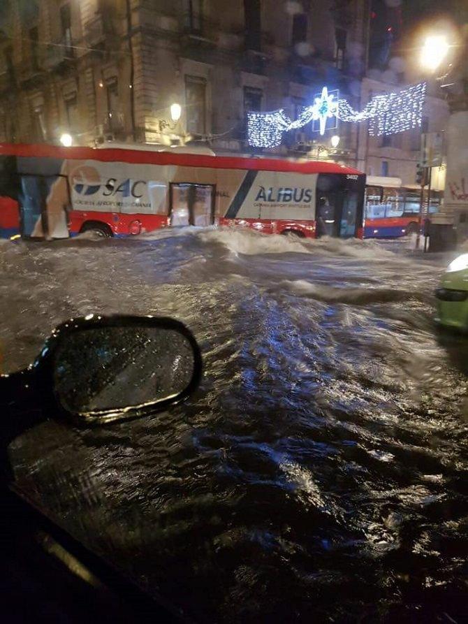 Catania allo stremo: allagamenti, tombini saltati, auto in panne. LE IMMAGINI