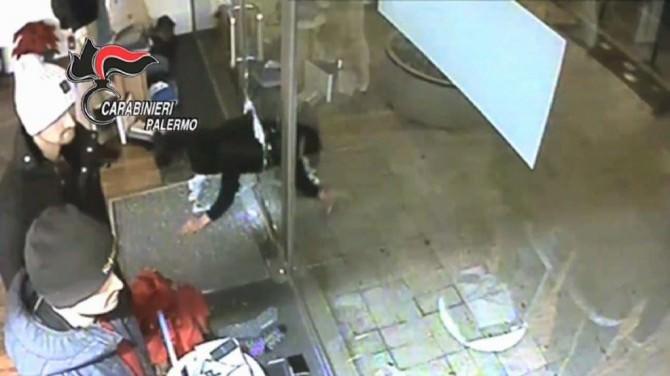 Palermo, le IMMAGINI incastrano la banda delle spaccate: furto anche da Louis Vuitton. VIDEO