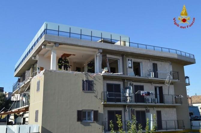Esplosione in via Cosentino Sava: tre persone rimaste ferite, crolla parzialmente la palazzina. IL VIDEO
