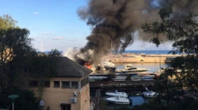 Palermo: incendio al porto Arenella, due imbarcazioni in fiamme