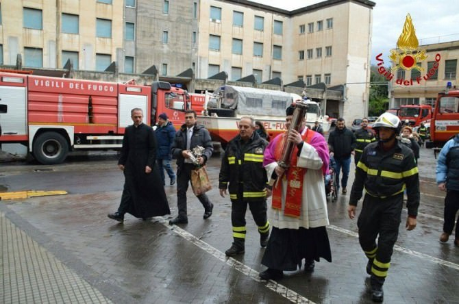 Velo reliquiario di S. Agata in caserma: benedizione degli elmi per 22 allievi vigili del fuoco