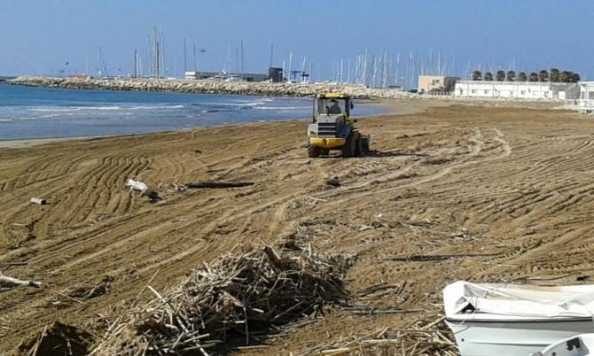 Spiagge ragusane invase dai detriti: al via un servizio di igiene straordinario