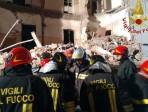 Vigili del fuoco in azione al crollo di via Archimede a Catania
