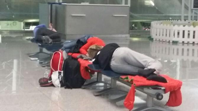 Nebbia, rabbia, sonno: aeroporto di Catania come un centro-accoglienza, passeggeri indemoniati con le compagnie. FOTO