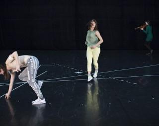 Boussole, une création de Léa Canu Ginoux, compagnie MEAARI. Avec Léa Canu Ginoux, Giovanna Velardi, Chikako Hosoda. Les 8 et 9 décembre 2016 au Transformateur, Allauch.
