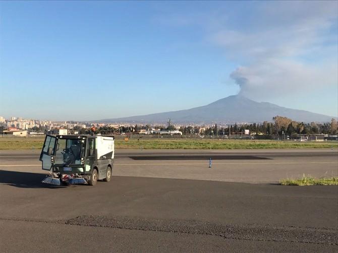 Catania, spazzatrice al lavoro per rimuovere la cenere dell'Etna, 18 03 2017