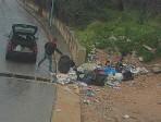 """""""Son dei piccoli porcellin"""": gettano rifiuti in strada e il sindaco li """"sbatte"""" sul web"""
