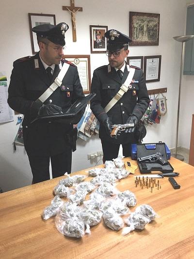 La valigetta con le due pistole e le buste di marijuana sequestrate a Benedetto Moceo.