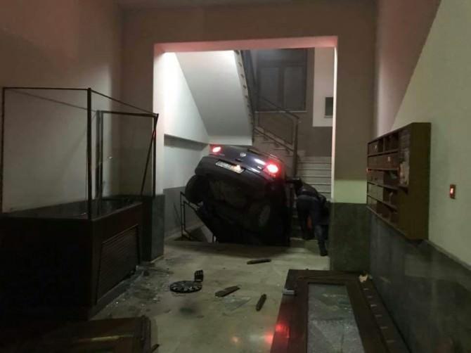 Scambia l'ingresso di un palazzo per un garage e finisce con l'auto nelle scale. FOTO