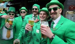 vestiti verdi e trifoglio