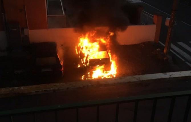 Paura in via Sebastiano Catania: automobile in fiamme
