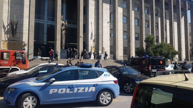 Tribunale di Catania evacuato per un allarme bomba, ma forse è già rientrato. LE FOTO