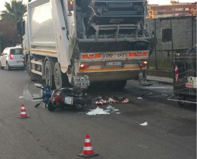 Lo schianto sul camion dei rifiuti Morto un motociclista di 31 anni