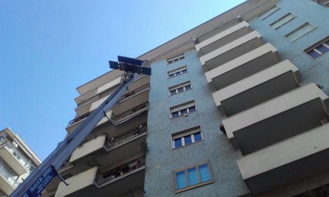 Rischi e danni in viale Jonio: caduti mobili dall'altezza del sesto piano durante un trasloco