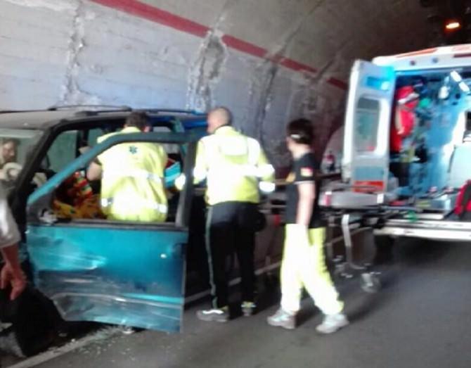 Scontro frontale tra due auto all'interno di una galleria: diversi i feriti. LE FOTO