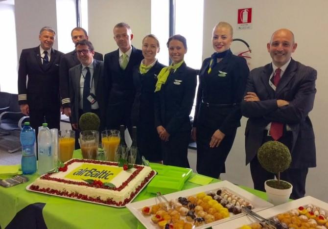 AIR BALTIC, 4 l'equipaggio Air Baltic con i dirigenti SAC Francesco D'Amico (sx) e Daniele Casale (dx)