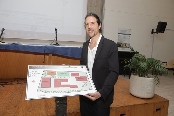 Direttore dell'I.Ri.Fo.R. Gianluca Rapisarda mentre tiene mappa tattile dell'istituto