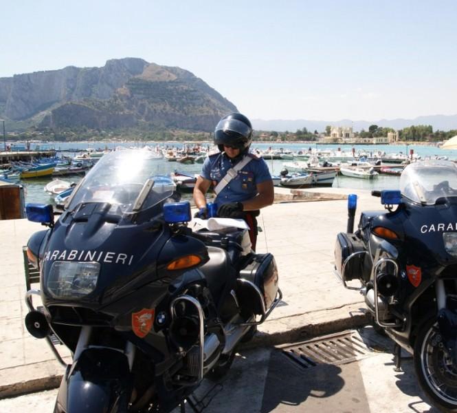 Mondello, rubano borsello in spiaggia, arrestati dai carabinieri