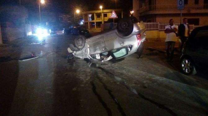 Paura nella notte, auto si ribalta: 2 persone coinvolte