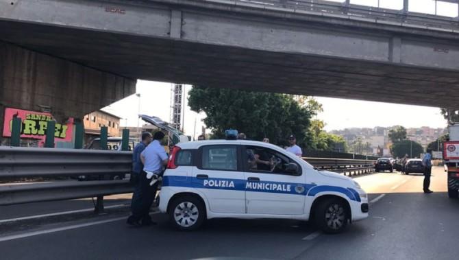 Due incidenti stradali a distanza di un chilometro: sette auto coinvolte e un ferito. LE FOTO