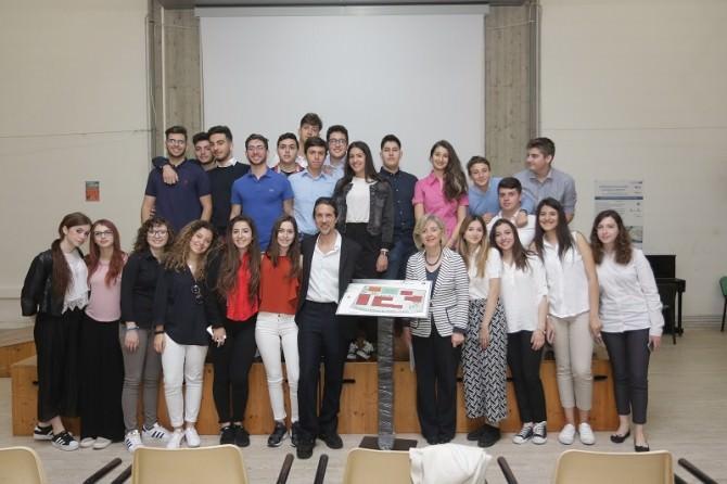 """dirigente """"Galileo Galilei"""" Gabriella Chisari- Direttore dell'I.Ri.Fo.R. Gianluca Rapisarda e la classe 4 h che ha svolto i lavori"""