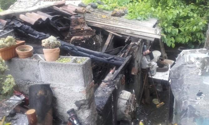 Via Palermo, prende a fuoco una vecchia casa: nessun ferito (FOTO)