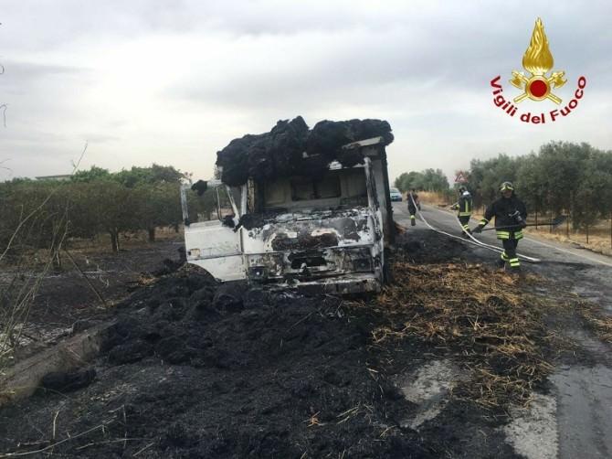 Camion carico di paglia prende fuoco sulla SP 24: illeso il conducente. LE FOTO