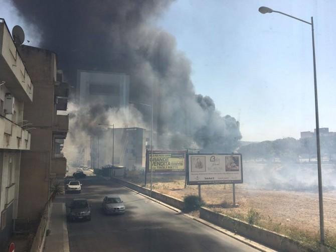 A fuoco le rive del fiume Ippari: fiamme alte e una densa colonna di fumo nero. LE FOTO