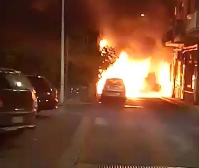 Incendio in via Vitaliti, coinvolte tre auto: sul posto i vigili del fuoco
