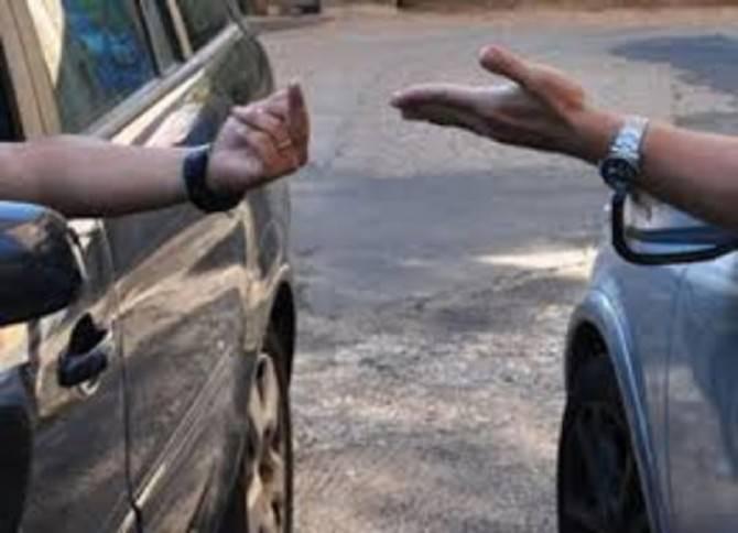 Lite per un parcheggio: si arriva alle mani, presa a pugni viene medicata dal 118