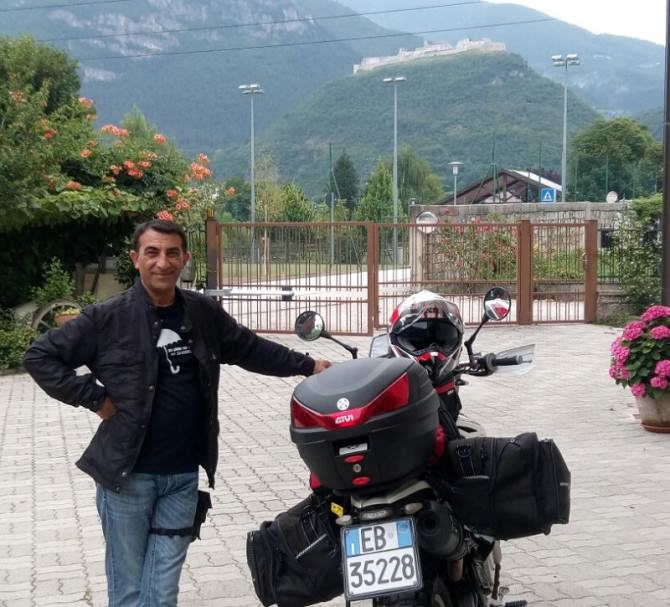 Attraversa l'Italia con la sua moto da enduro per incontrare i suoi vecchi compagni di polizia
