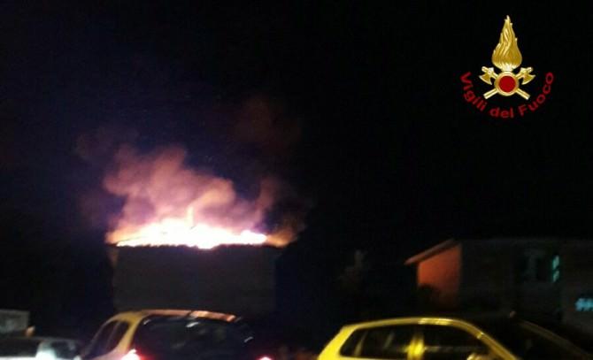 Esplosioni e fiamme in una palazzina: paura nella notte per otto famiglie