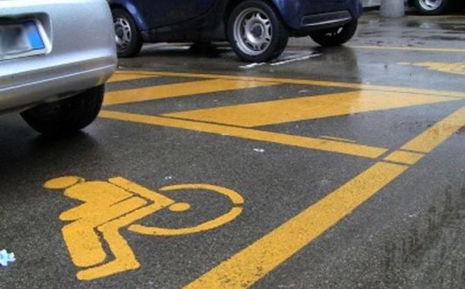 Parcheggia nello stallo disabili e picchia anziano che reclama il posto