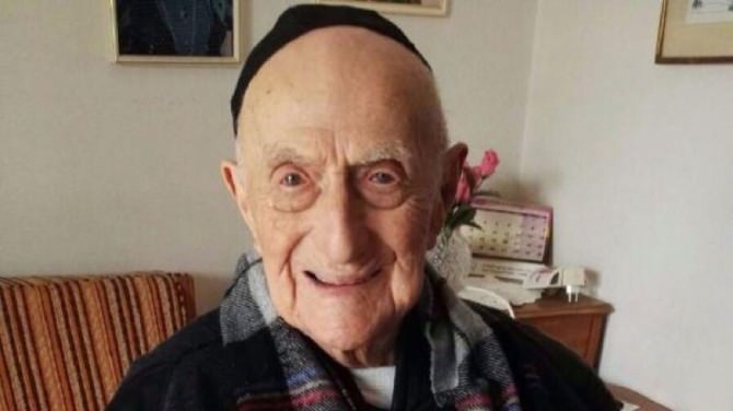 Morto l'uomo più vecchio del mondo, aveva 113 anni: era sopravvissuto all'olocausto