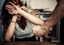 Picchia la moglie e le spezza le gambe, in lacrime il figlio che ha visto la scena
