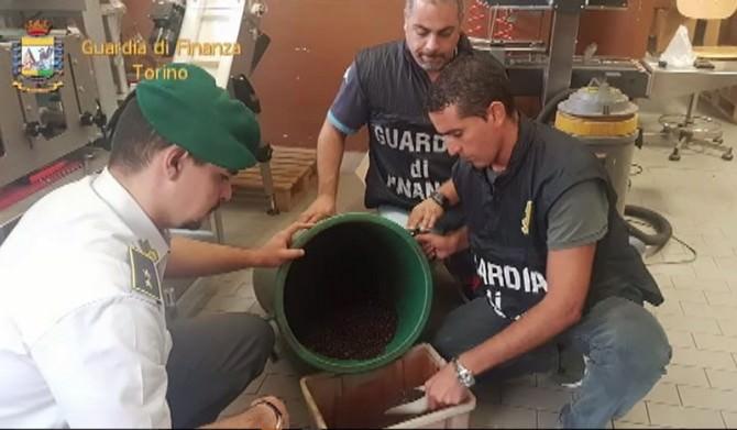 Caffè vietnamita spacciato per rinomato, maxi sequestro in una ditta delle Vallette