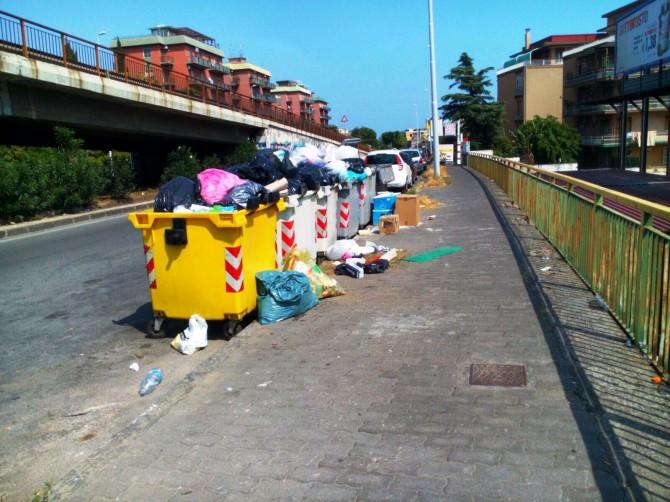 """Catania, """"micro discarica"""" di rifiuti in via Marco Polo: le FOTO"""