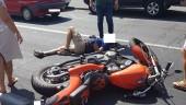Incidente di fronte al Galileo Galilei, auto contro moto: un uomo a terra