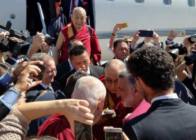 IL Dalai- Lama è arrivato all'aeroporto di Catania FOTO E VIDEO
