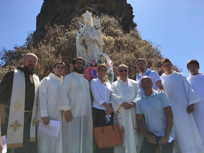 omaggio floreale alla madonna ausiliatrice sul faraglione grande di aci trezza - 2017