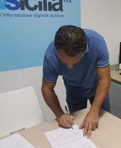Il primo dei 49 lavoratori a firmare la nota di sospensione del provvedimento