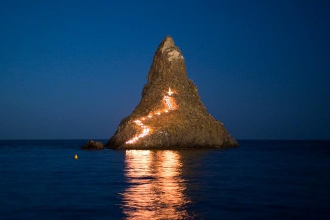 tradizionale luminaria sul faraglione grande - aci trezza